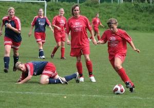 Ann-Kathrin Meyer (rechts) und Simone Kluin-Bögel (Mitte) hatten beim Spiel gegen den SC Borchen eine schwere Aufgabe zu bewältigen. (Foto: Uwe Wolter)