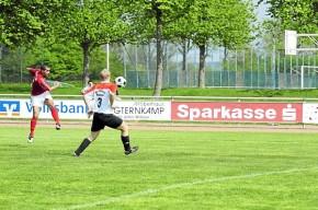 Lottes Murat Serim (links) trifft in dieser Szene zum 1:0 gegen Eintracht Mettingen. Foto: (Heinrich Weßling)
