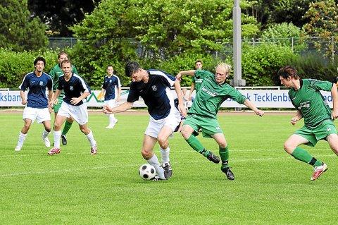 Der VfL Ladbergen, hier mit Malte Bauschulte am Ball (Mitte) hat in Riesenbeck beim 3:2 einen weiteren Sieg einfahren. Foto: (Heinrich Weßling) © Westfälische Nachrichten - Alle Rechte vorbehalten 2009