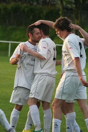 Kushtrim Zeqiri (links) erzielte für den BSV Brochterbeck wichtige 1:0 gegen Mettingen II
